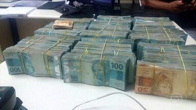 PF apreende R$ 841 mil dentro de carro na Via Dutra - o dinheiro estava no porta-malas de um carro parado na quarta (1) em Itatiaia, no estado do Rio. O motorista e um passageiro, que se identificou como um policial militar de São Paulo, foram levados para delegacia.