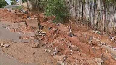 Cratera em rua incomoda moradores de São Sebastião do Paraíso, MG - Cratera em rua incomoda moradores de São Sebastião do Paraíso, MG