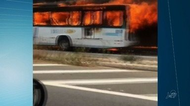Ônibus é destruído em ataque incendiário em Fortaleza - Confira mais notícias em G1.Globo.com/CE