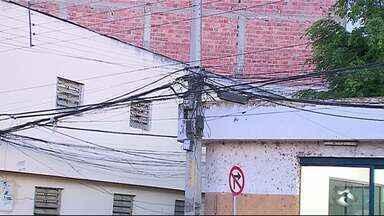 Fios emaranhados representam perigo para população - Postes em Caruaru têm fios misturados
