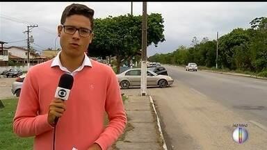Passageiro morre após ser baleado dentro de ônibus em Cabo Frio - Tiro partiu de motorista de um carro que fechou o coletivo. Crime aconteceu na tarde desta quarta-feira (1) em Florestinha, no bairro de Unamar, em Tamoios