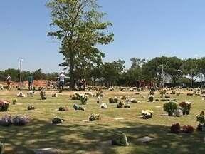 População de Presidente Prudente presta homenagens aos entes mortos - Dia de Finados movimentou os cemitérios da cidade.
