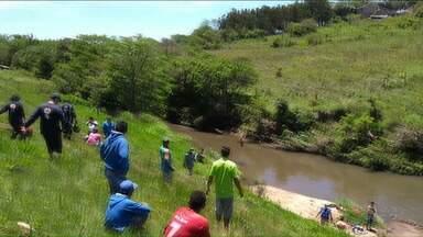 Pai morre afogando ao tentar salvar o filho - O homem de 27 anos estava pescando quando o filho de 8 anos caiu no rio. Foi em Ponta Grossa.
