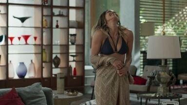 Sandra Helena provoca Agnaldo - A milionária promove um desfile com suas novas roupas, mas não permite que o ex se aproxime