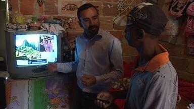 'Patrulha digital' orienta e instala kits de TV digital em BH e região - Técnicos visitam casa das pessoas