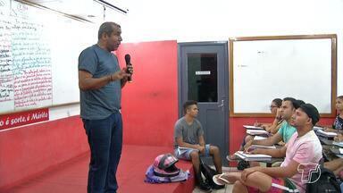 Estudantes decididos a tirar boa nota no ENEM aproveitam o feriado para estudar - Jovens participam de aulão para alcançar a faculdade dos sonhos.