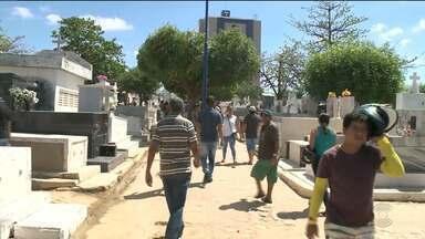 Movimentação grande em cemitérios do Sertão e Alto Sertão da Paraíba - Pra enfrentar o forte calor, o jeito foi tentar se proteger.