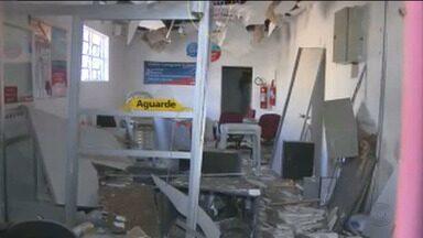 Bandidos atacam agência bancária em Nova Floresta - Ladrões explodiram o caixa e fugiram com um pedaço do caixa que tinha dinheiro.