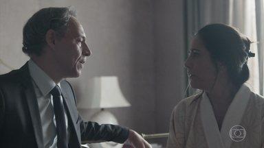 Henrique perdoa traição de Elizabeth - Diplomata decide nem olhar as fotos que comprovam a traição da esposa
