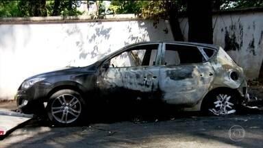 Corpos queimados são achados em carros em bairro nobre de São Paulo - Foram dois corpos, que estavam em veículos diferentes, em menos de 24 horas. Uma câmera de segurança gravou o momento em que um deles começa a pegar fogo.