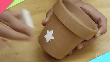 Karol Stefanini ensina a fazer um vaso decorado - Carimbo de borracha facilita a mudança do visual