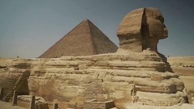 A Jornada da Vida: como o Rio Nilo fez nascer a fascinante civilização egípcia - Conheça a tumba do faraó Quéops, com 146 metros de altura, e as estruturas da Necrópole de Giza, que foi construída com 2 milhões de blocos de pedras.