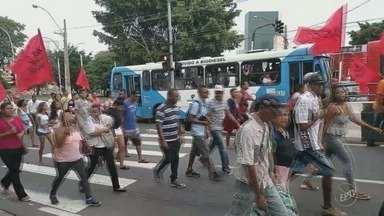 Moradores da ocupação Joana D'Arc, em Campinas fazem passeata nesta quarta-feira - Segundo Emdec, manifestação começou na Vila Pompéia e seguiu pelas principais ruas e avenidas do Centro da cidade.