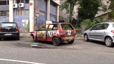 Depois de muita reclamação, carro abandonado é retirado de vaga do Estar em Curitiba - Os comerciantes da rua Dr. Faivre dizem que o carro foi abandonado numa vaga de estacionamento regulamentado há 15 dias. Os comerciantes já tinham ligado pra Polícia e Setran, mas ninguém tinha resolvido o problema
