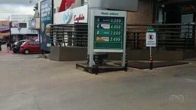 Telespectadores reclamam da alta nos preços dos combustíveis em Goiânia - Eles mandaram imagens que mostram os aumentos nas bombas.