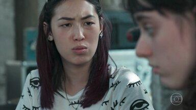 Lica conta para Tina sobre a mudança de Clara para sua casa - A menina diz que ligou para MB depois que Edgar e Malu foram à sua casa discutir sobre Clara