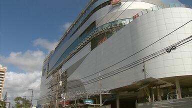 Novo shopping deve gerar 5 mil vagas de emprego para várias funções - Centro de compras está em fase final de construção, em Olinda.