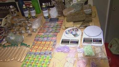 Cinco são presos e mulher é detida por suspeita de tráfico de drogas em Ribeirão - Na tarde de terça-feira (7), em três ações, agentes da Dise apreenderam 5.471 pontos de LSD, 1.970 comprimidos de ecstasy, 56 quilos de maconha e 24 frascos de lança-perfume.