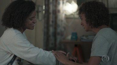 Nena presenteia a filha com um relógio que foi de seu pai - A enfermeira se emociona com as lembranças do marido