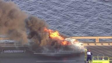 Carro pega fogo na Ponte Rio-Niterói - Um carro pegou fogo na Ponte Rio-Niterói, na manhã desta sexta-feira (10). O incidente é na pista sentido Rio de Janeiro