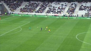 Alisson sai do gol e salva o Brasil em rápida saída do Japão, aos 4' do 1º tempo - Alisson sai do gol e salva o Brasil em rápida saída do Japão, aos 4' do 1º tempo.
