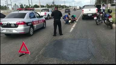 Acidente na saída do bairro do Cristo em João Pessoa deixa motociclista ferido - Trânsito ficou complicado no local do acidente.
