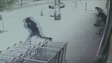 Políca procura bandidos que assaltaram supermercado em Paranavaí - Os três homens fugiram a pé após roubar dinheiro do caixa.