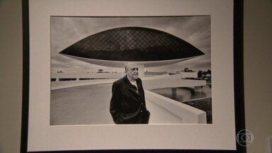 """A Pinakohteke Cultural inaugurou, ontem, uma exposição sobre Oscar Niemeyer - A mostra """"Oscar Niemeyer - Territórios da Criação"""" é uma homenagem ao mestre da arquitetura. Oscar Niemeyer estaria completando cento e dez anos, no dia 15 de dezembro."""