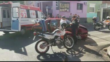 Motorista avança sinalização e causa acidente em São Carlos, SP - Duas pessoas ficaram feridas.