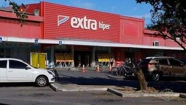 Homens armados invadem supermercado e rendem funcionários em Cabo Frio, no RJ - Assista a seguir.