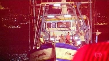 Marinha procura cinco pessoas que desapareceram após naufrágio no RJ - Um barco afundou e 18 tripulantes foram resgatados. O naufrágio aconteceu a cerca de 70 quilômetros de Ilha Grande, em alto mar.