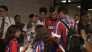 Jogadores do Bahia são recebidos com festa pelos torcedores no aeroporto de Salvador - Torcedores cantaram e tiraram selfies com os jogadores do tricolor.