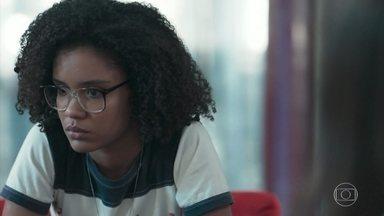 Ellen desabafa com Lica e Tina sobre suas dificuldades - A hacker conta às amigas que Juca, Jota e Fio conseguiram o dinheiro para custear sua viagem, mas ela não sabe mais se quer participar do festival de tecnologia