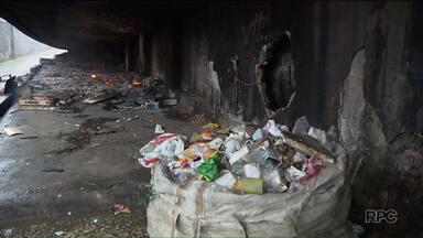 Grupo de moradores de rua se recusa a ir para abrigos e ateia fogo embaixo de viaduto - A confusão começou depois que equipes da FAS e da Guarda Municipal tentaram convencer os moradores a irem para abrigos da Prefeitura.