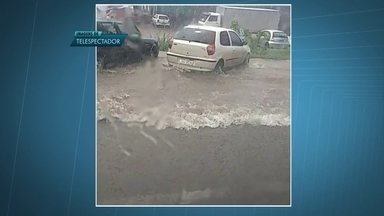 Chuva forte no DF deixa ruas alagadas - No SIA, as pistas ficaram alagadas e, no comércio, os funcionários disseram que a água entrou nas lojas.