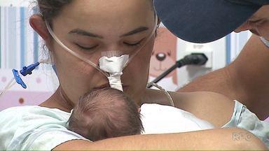Mãe conhece o filho quase duas semanas depois do parto - A mulher precisou fazer um parto de emergência porque entrou em coma logo após um acidente de trânsito.