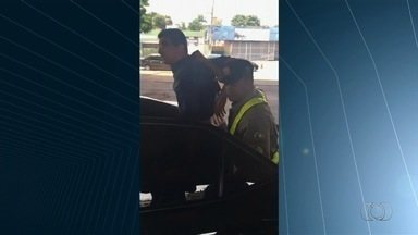 Vídeo mostra vice-presidente da Câmara de Goiânia sendo preso; colega acusa PM de racismo - Caso aconteceu durante abordagem em blitz.