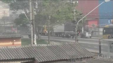 Criminosos atacam caminhão de transporte de valores em São Paulo - Bando incendiou nove veículos e disparou contra a polícia.