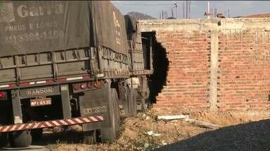 Caminhão invade casa no Sertão da Paraíba - Caso aconteceu na cidade de Bom Sucesso