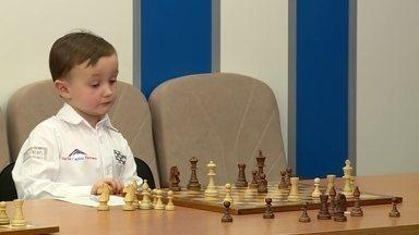 Prodígio russo do xadrez, Misha é celebridade com apenas quatro anos - Menino fenômeno do esporte da mente já enfrentou o mestre mais velho em atividade e tem até patrocínio, mas também sabe ser criança. Veja a entrevista.