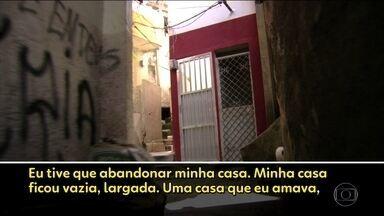 Tráfico e milícias controlam a vida de famílias em comunidades do Rio - O Bom Dia Brasil conta histórias inacreditáveis de pessoas expulsas de casa com a família inteira e só com a roupa do corpo para sobreviver à perseguição de traficantes e quadrilhas de milicianos.