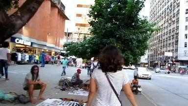 """Globo Lab: Malucos de BR - Apesar de serem chamados de hippies, artistas e artesãos de rua não se identificam com a ideologia nos anos 60. Eles se autodenominam """"Malucos da BR """" e viajam pelo Brasil produzindo artesanato. Mas a liberdade também tem seu preço e nem sempre a família entende a vida que estas pessoas escolheram viver. Reportagem realizada por Camila Moura e Paula Passos, de Pernambuco."""