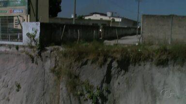 Moradores temem perder único acesso para casas em comunidade no Distrito Industrial - Trecho que ligava comunidade foi tomado por uma cratera, provocada por obras da Seinfra. Eles passam por buraco em um terreno do Senai, que pode ser fechado a qualquer momento.