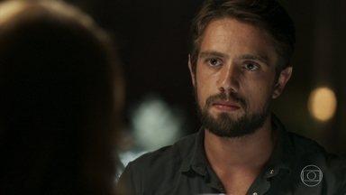 Sophia propõe que Renato reate o namoro com Lívia em troca de um cargo no hospital - Gael se revolta ao encontrar o médico com sua mãe