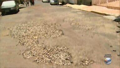 Moradores reclamam de condições de quarteirão da Vila Virgínia, em Ribeirão Preto - Quem tenta desviar do buraco acaba não tendo como escapar.
