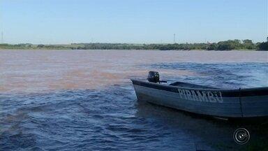 Corpo de pescador é achado após três dias de buscas - Homem de 40 anos se afogou no Rio Paranapanema após seu barco virar na noite de sábado. Bombeiros encontraram o corpo a cerca de três quilômetros do local do acidente.