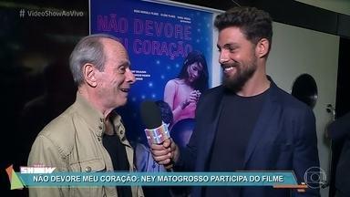 Cauã Reymond mostra o que rolou na estreia de 'Não Devore Meu Coração' - Ney Matogrosso faz uma participação no filme, que se passa na fronteira do Brasil com o Paraguai