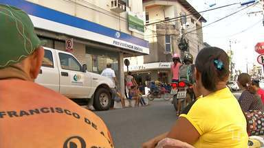Beneficiários e pensionistas reclamam do atendimento na sede do INSS em Santarém - Muitos precisam chegar cedo à agência para garantir atendimento e ficam esperando do lado de fora do órgão.