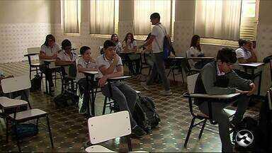 Estudantes criam programa de rádio em Caruaru - Projetos é desenvolvido em escola particular do município.