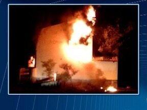 Polícia apura o que motivou incêndio em depósito de pneus - Ocorrência foi registrada em Santa Mercedes.